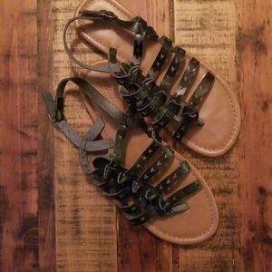 Black strappy sandal w/unique design